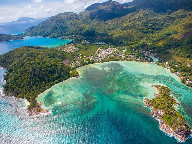 Séjournez au Constance Ephelia, qui surplombe le parc national marin de Port Launay et sans conteste la plus belle plage de l'île