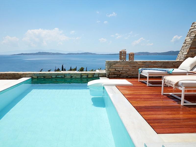 Profitez des piscines privées de l'Eagles Villas donnant sur la mer