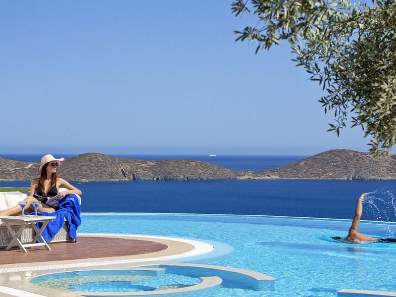 Profitez d'une des superbes piscines de l'Elounda Gulf Villas