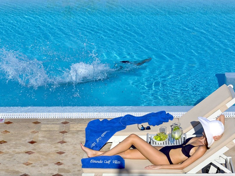 Détente au bord de la piscine de l'Elounda Gulf Villas