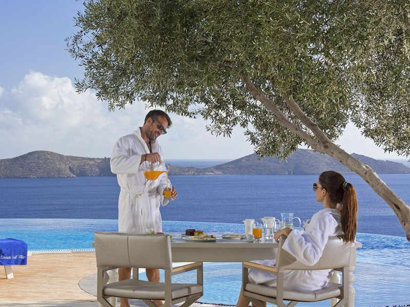 Petit déjeuner face à la mer Egée à l'hôtel Elounda Gulf