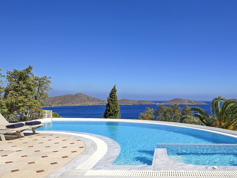 La piscine de la Mediterranean Villa de l'Elounda Gulf Villas & Suites