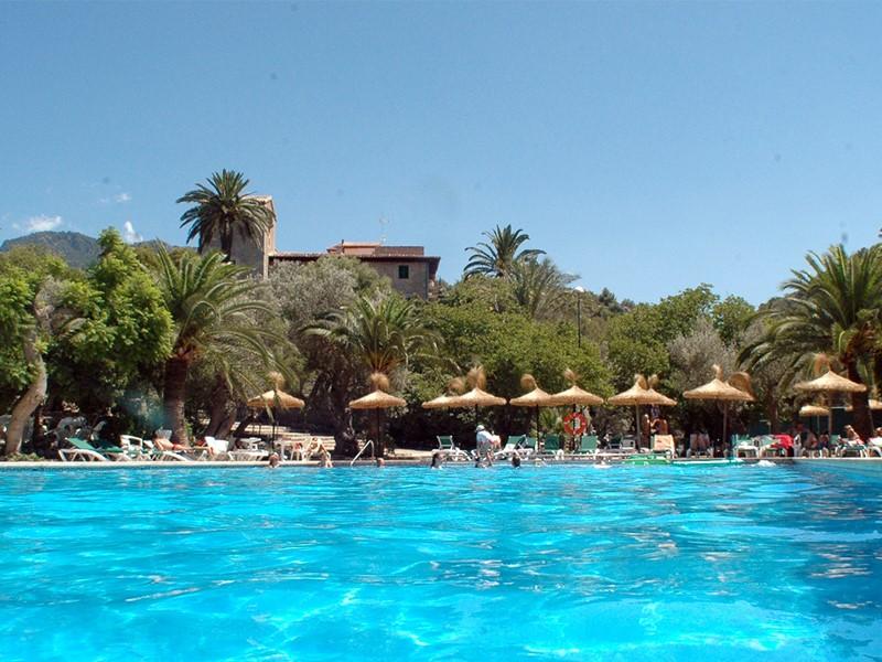 Autre vue de la piscine de l'hôtel Es Port