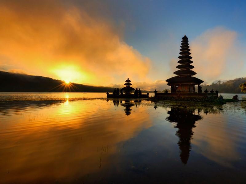 Visite du superbe temple Ulun Danu qui se trouve sur une petite péninsule, sur les berges du lac Bratan