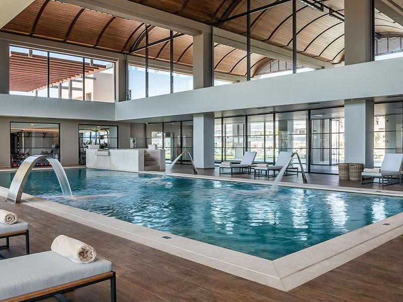 La superbe piscine intérieure de l'hôtel