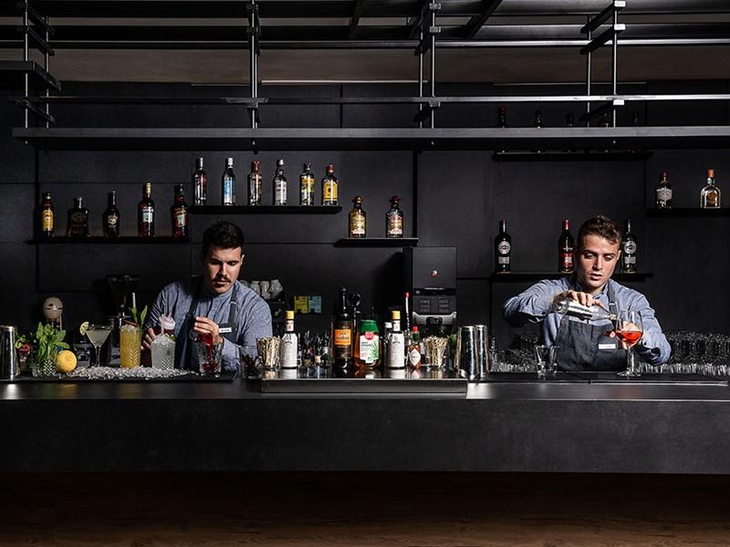 Sirotez des délicieux cocktails au Lounge Bar