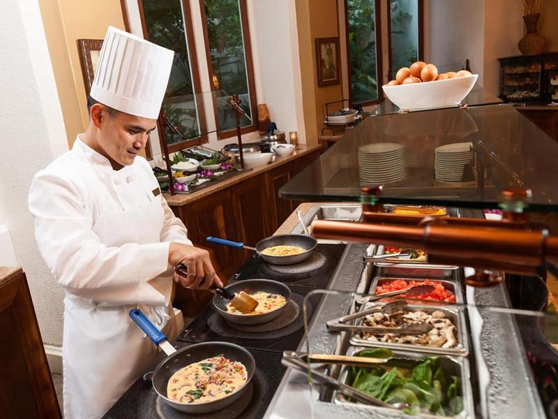 Le chef à l'oeuvre au restaurant Kea Lani du Fairmont