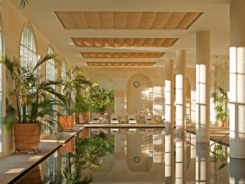 La piscine interne du Finca Cortesin en Espagne