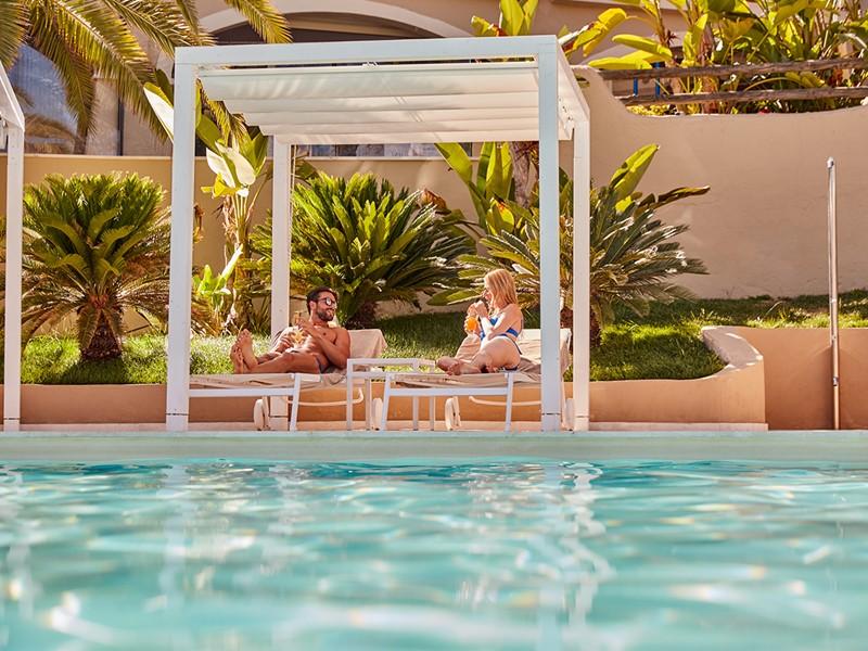 Rafraîchissez-vous au bord de la piscine