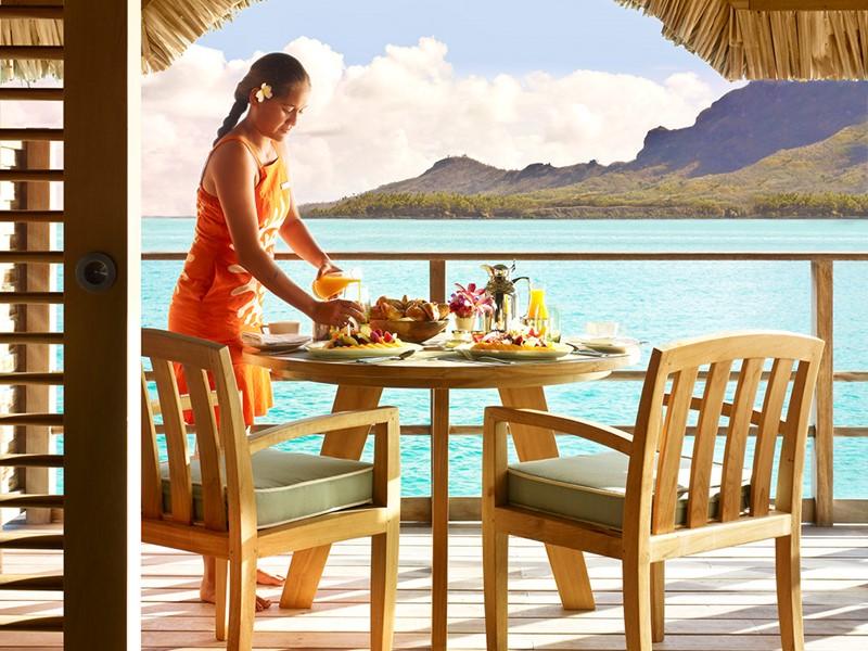 Copieux petit déjeuner face à l'océan au Four Seasons
