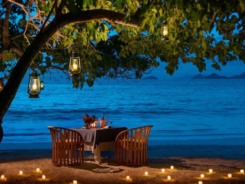 Dîner romantique sur la plage du Four Seasons