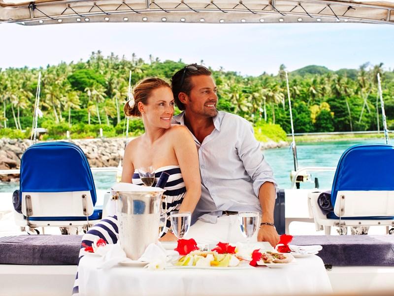 Délicieux repas servi à bord d'un bateau
