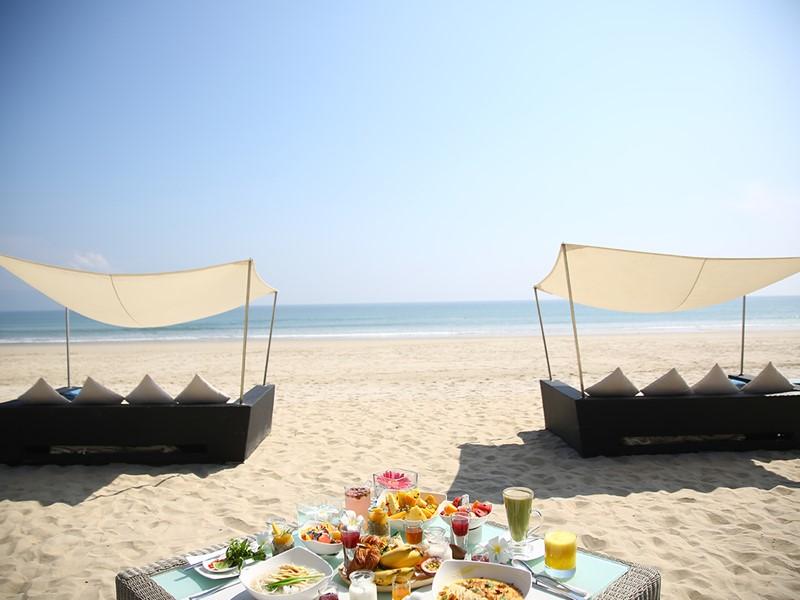Copieux petit déjeuner sur la belle plage du Fusion