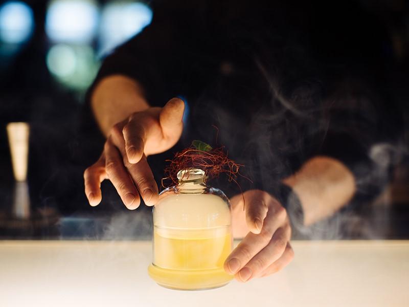 Sirotez des délicieuses boissons au bar du Gallery Hotel Art
