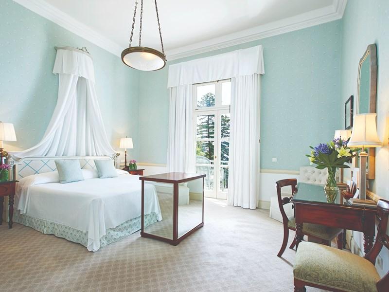 Installez-vous confortablement dans votre chambre décorée avec soin