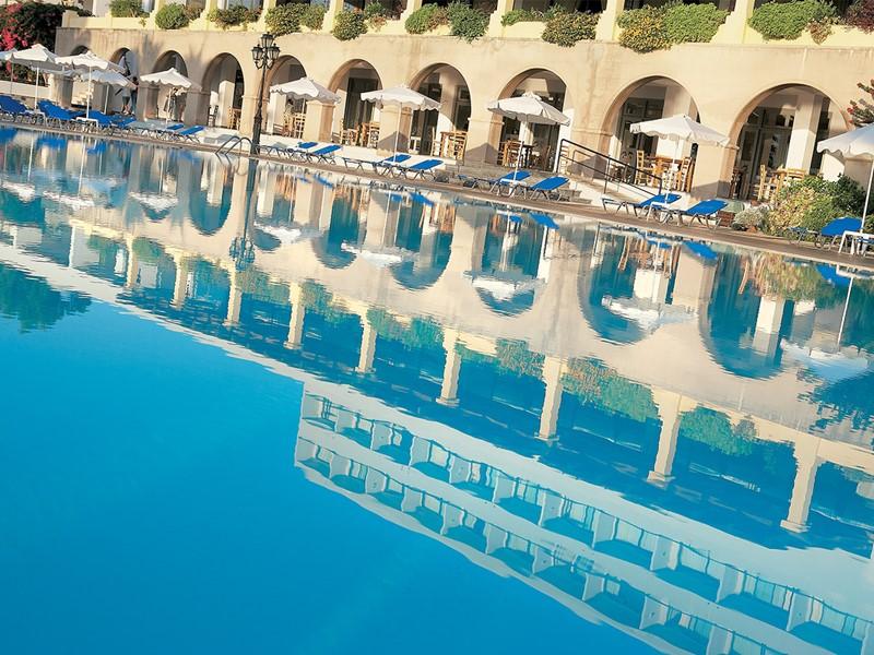 La piscine du Grecotel Lux Me Rhodos en Grèce