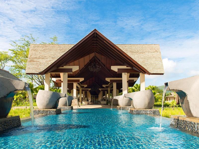 L'entrée de l'hôtel H Resort Beau Vallon à Mahé