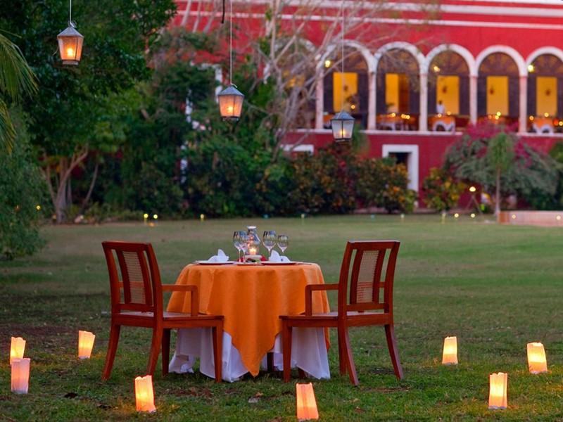 Dîner romantique dans le beau jardin de l'Hacienda Temozon