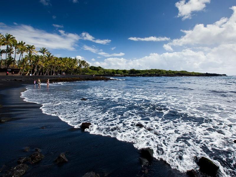 Les plages de sable noir de la Waipio Valley à Hawaï
