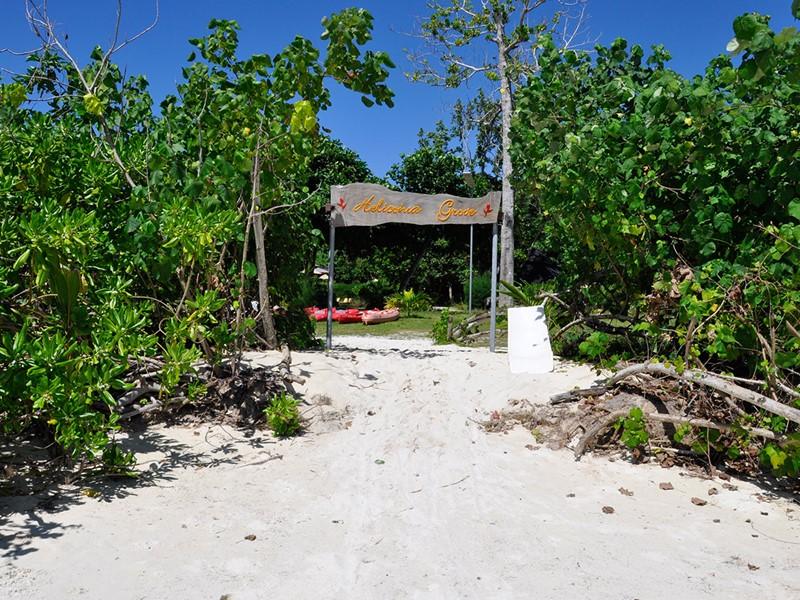 Accès à la plage de la Côte d'Or depuis l'Heliconia Grove