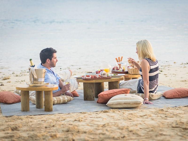 Petit-déjeuner au champagne sur la plage