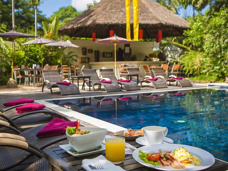 Profitez de la superbe piscine de l'Heritage Suites Hotel