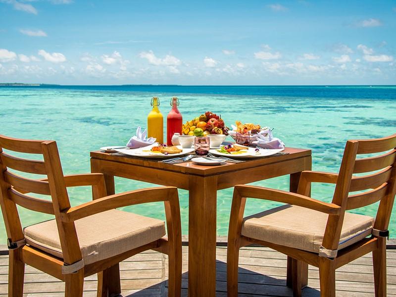 Petit-déjeuner face au lagon