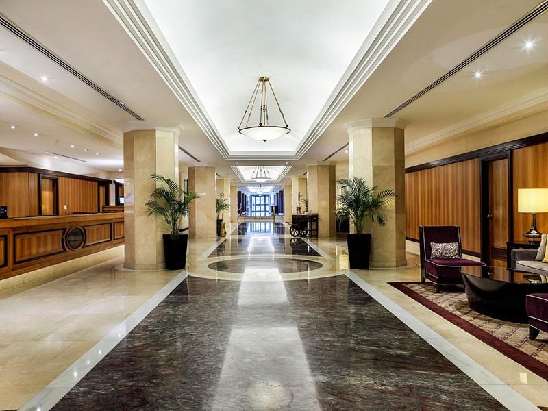 Le lobby de l'hôtel Hilton situé sur la Corniche