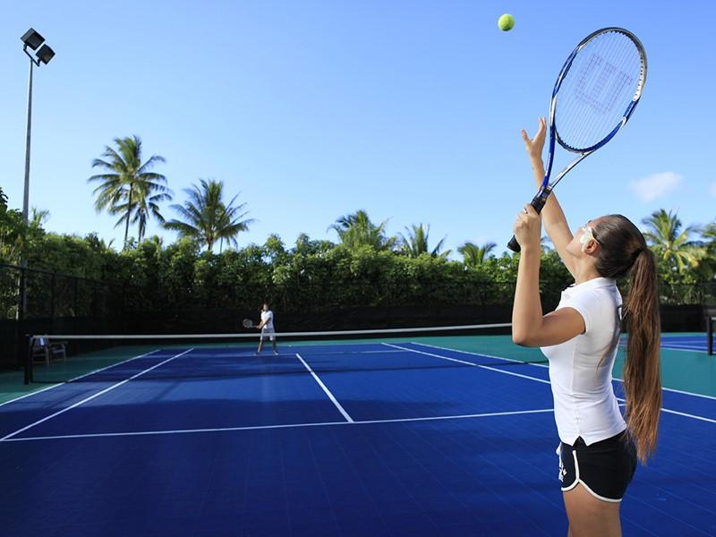 Court de tennis de l'hôtel Hilton Moorea Lagoon en Polynésie