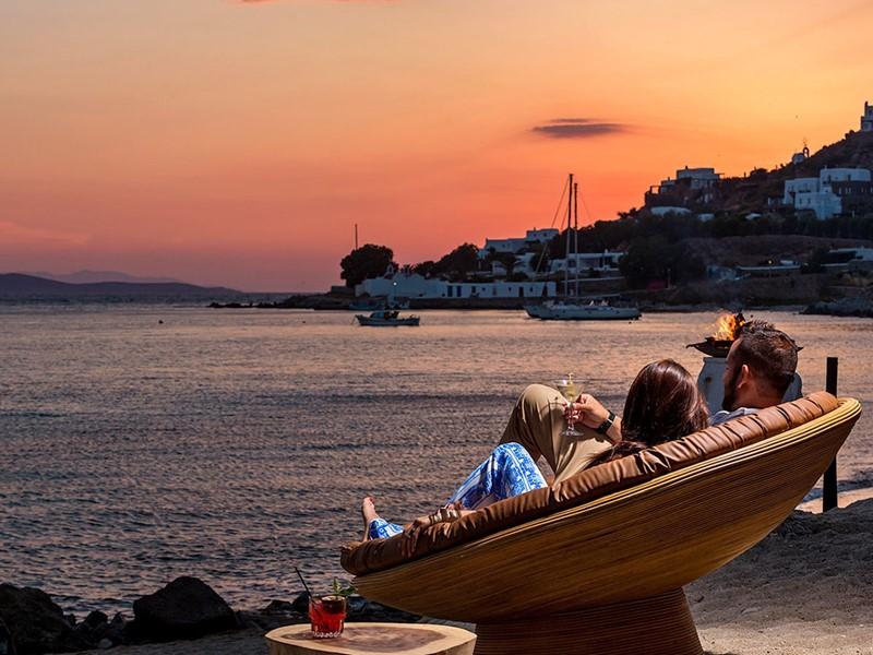 Contemplez l'un des plus beaux couchers de soleil de Mykonos