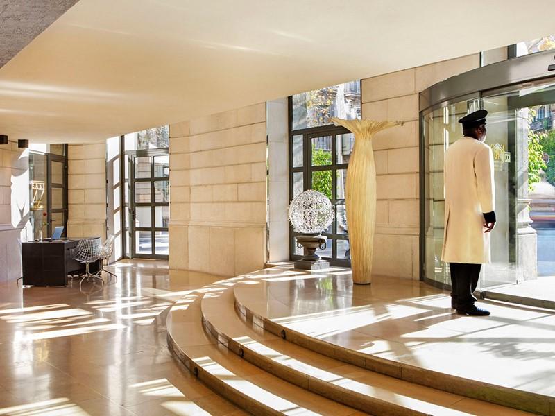 L'entrée de l'hôtel Claris en Espagne
