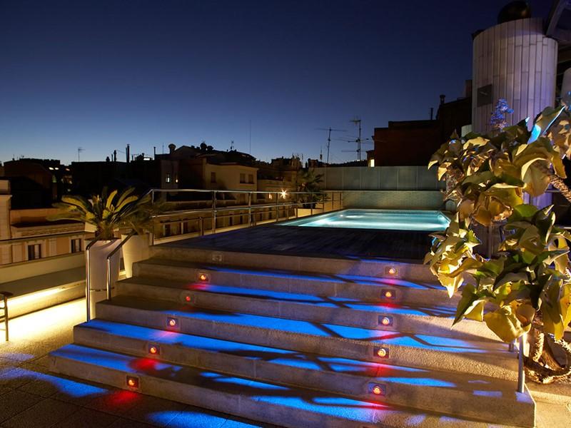 Vue de la piscine de l'hôtel Claris en Espagne