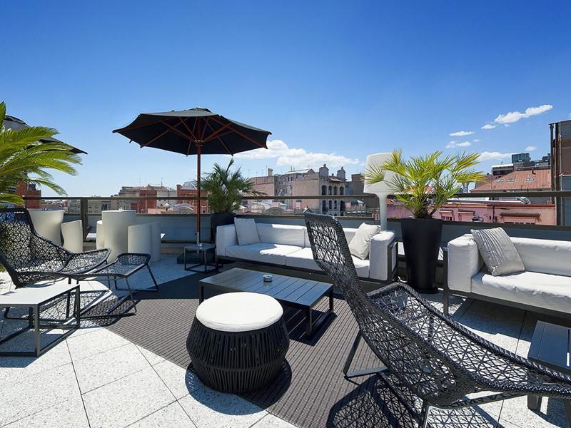 La terasse du Claris Hotel avec vue sur le quartier de l'Eixample, en Barcelone