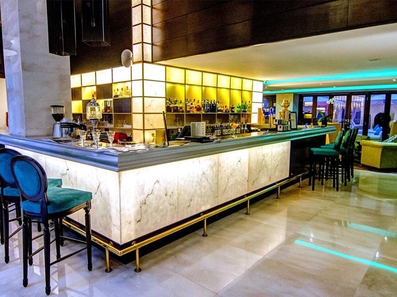 Le bar de l'hôtel 5 étoiles Opéra Hanoi au Vietnam
