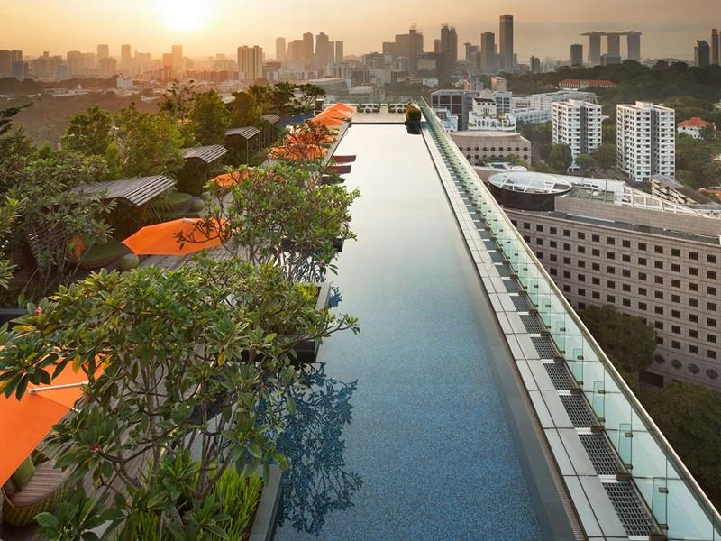La piscine du Jen Orchardgateway, situé sur la célèbre Orchard Road