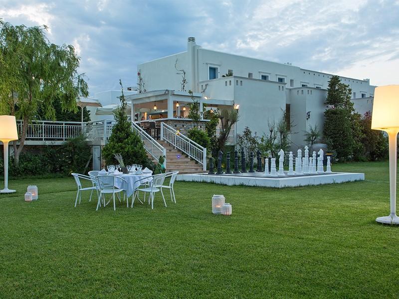 Le jardin luxuriant de l'hôtel