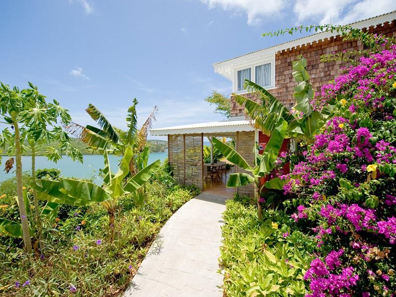 L'Hotel Plein Soleil est enfouit dans une végétation luxuriante