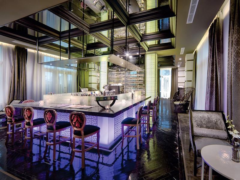 Sirotez des délicieux cocktails au River Bar de l'Hotel Royal Hoi An