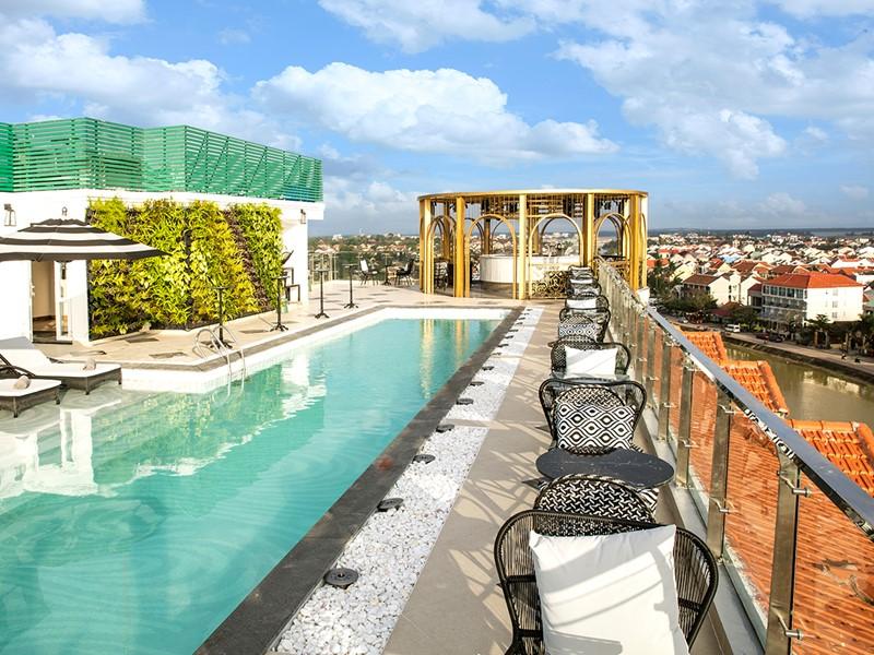 Détente sur la terrasse panoramique de l'Hotel Royal Hoi An