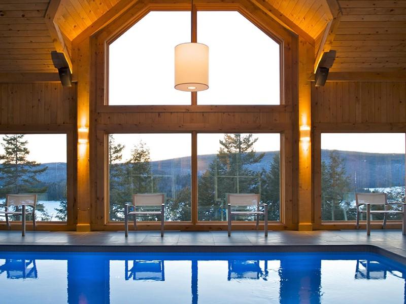 La superbe piscine intérieure de l'hôtel Sacacomie