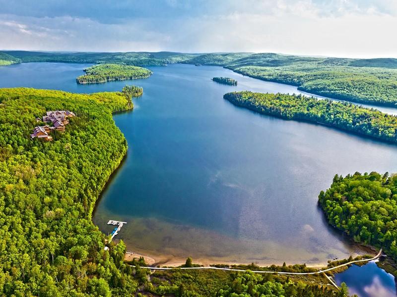 L'hôtel Sacacomie surplombe le majestueux lac du même nom