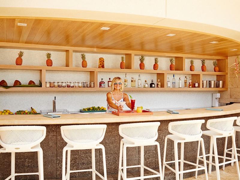 Sirotez des délicieux cocktails au bar The Cabanas du Wailea