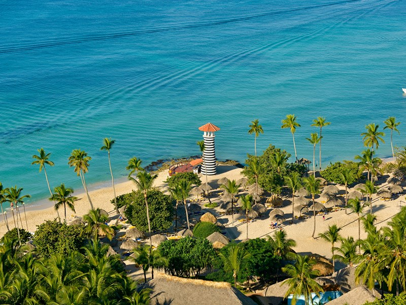 Un établissement tel un jardin tropical au bord de la mer