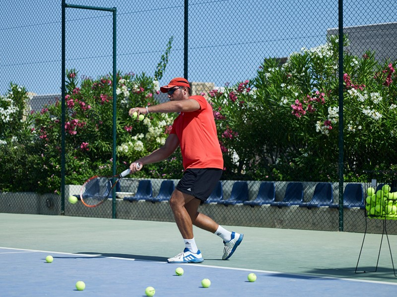 Le court de tennis de l'Ikaros Beach Luxury Resort