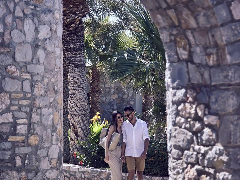 Promenade romantique à l'hôtel Ikaros en Crète
