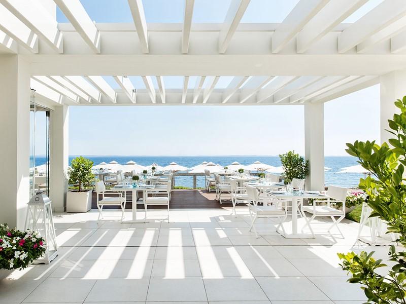 Le restaurant grec OUZO de l'hôtel Ikos Olivia