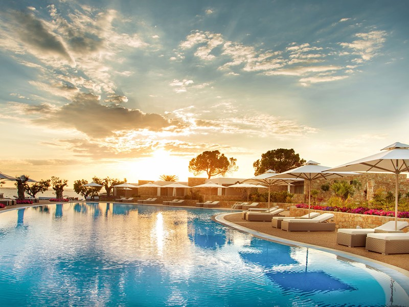 La superbe piscine de l'hôtel Ikos Olivia en Grèce
