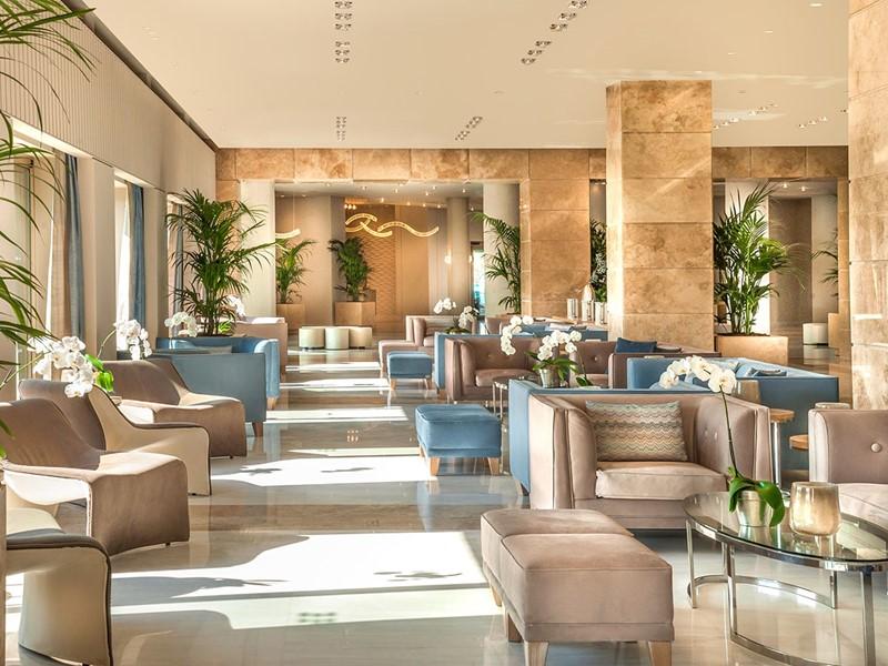 Le lobby de l'hôtel Ikos Olivia situé à Halkidiki