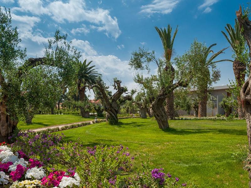 Les chambres de l'Ikos sont disséminées dans un beau jardin méditerranéen