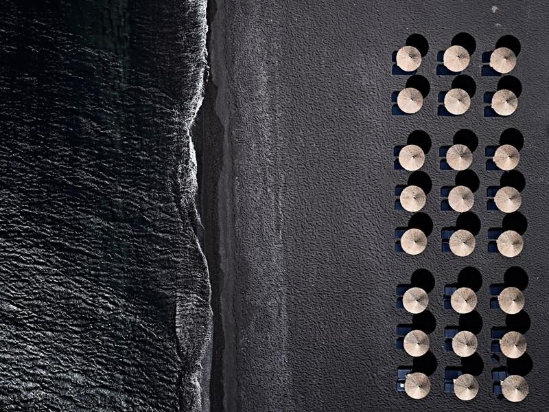 La plage de sable noir de Perivolos
